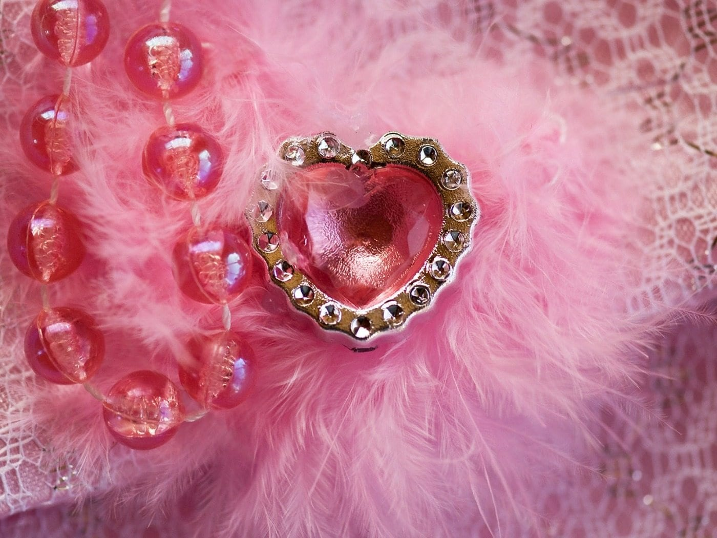 Pink-Heart-in-Feathers-1400x1050-wide-wallpapers.net
