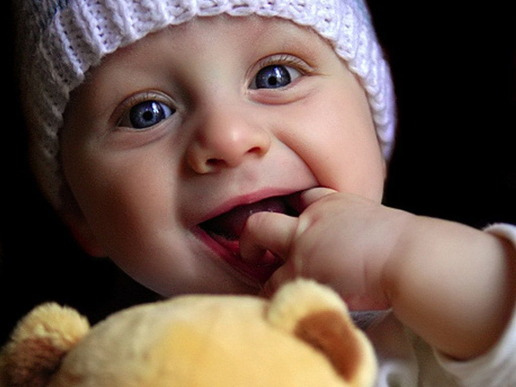 funny-baby-cute-cute-baby-playing-doll-1024-768-funny-wallpaper-free-download-336131