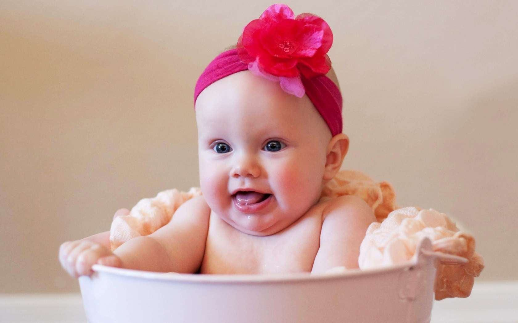 cute_baby_girl_in_bath_tub_2